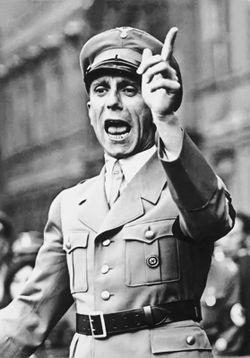 250px-Joseph_Goebbels_spricht_Bundesarchiv_Bild_102-17049.jpg